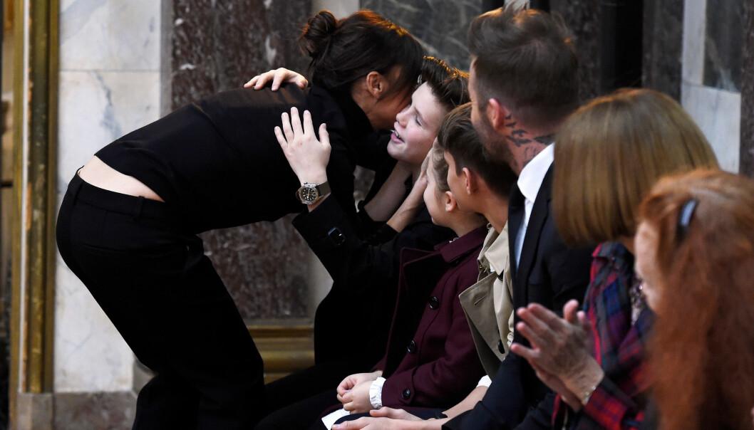 <strong>NÆRT FAMILIEBÅND:</strong> Victoria Beckham klemmer til sønnen Cruz etter en motevisning på New York Fashion Week tidligere i år. Hele familien var til stede for å støtte mamma. Foto: NTB Scanpix