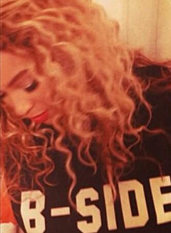 STORT ØYEBLIKK: Sangstjerna Beyoncé delte dette bildet på Twitter, ikledd en t-skjorte Magnhild designet. Foto: Skjermdump / Twitter