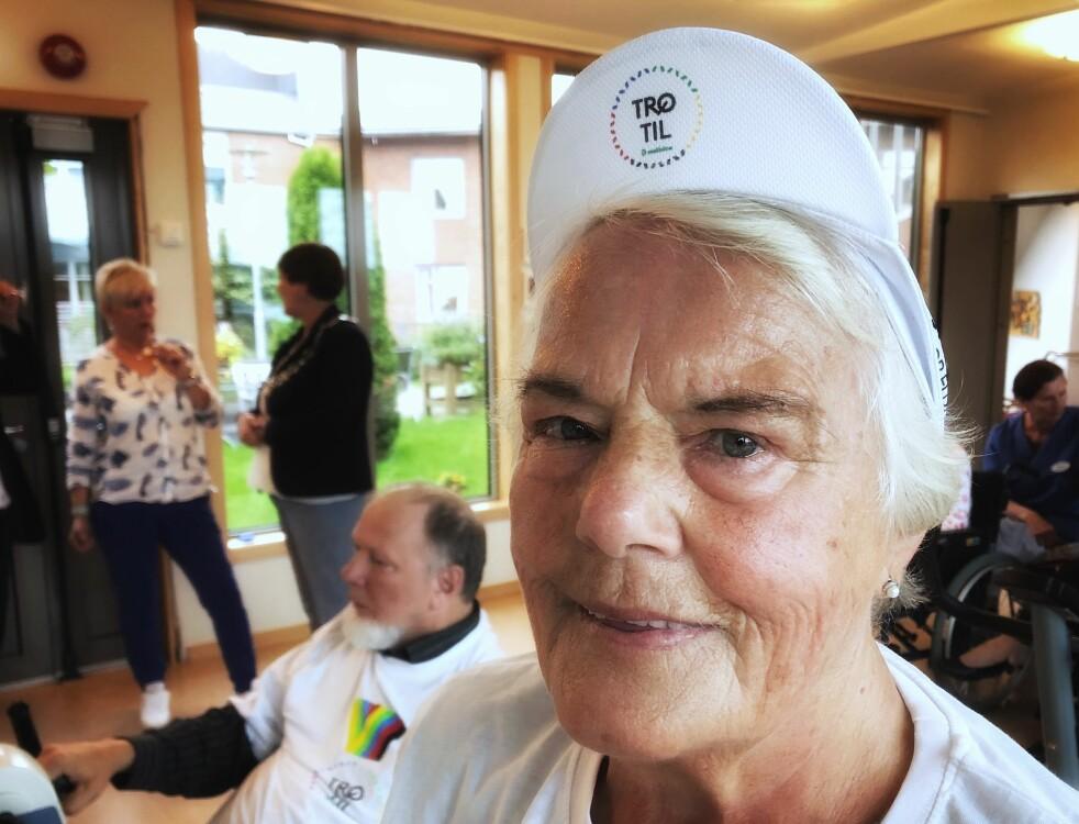 <strong>SOSIAL PÅ SENIORSENTERET:</strong> Vi slo av en prat med Helga Rognvær (81) da hun syklet på treningssykkel sammen med venner på seniorsenteret. Foto: Linn Merete Rognø