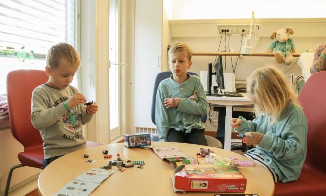 FÅR GAVER AV MORMOR: Mormor kjøpte med gaver til alle tre, noe som alltid er stor stas. FOTO: Ida Bergersen
