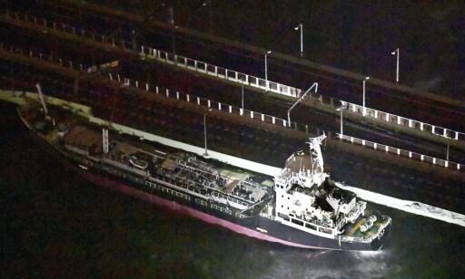 SLET SEG: Denne tankbåten slet seg fra fortøyningene, og kolliderte med ei bro. Foto: NTB Scanpix