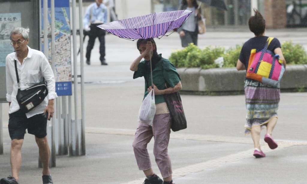 EVAKUERING: Over 1,2 millioner mennesker er oppfordret til å evakuere hjemmene sine på vestkysten av Japan på grunn av tyfonen «Jebi». Foto: AP / NTB Scanpix