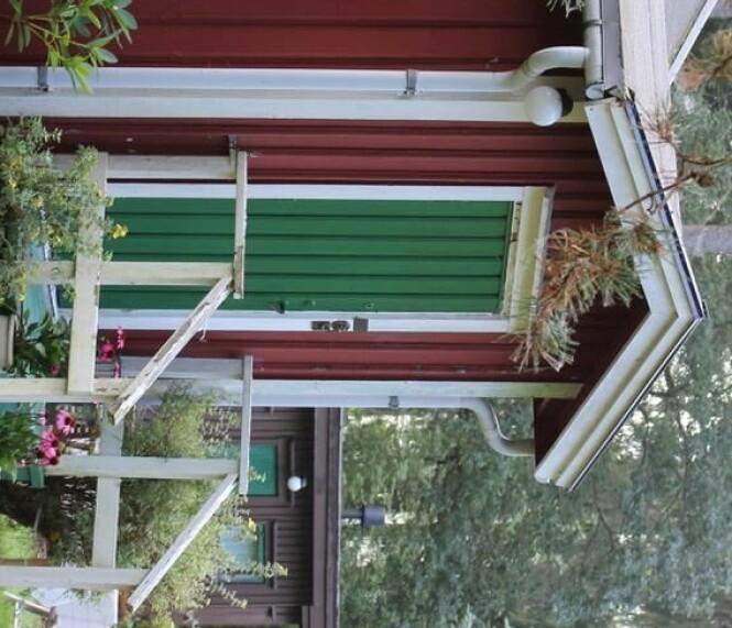 LITE KRYPINN: Maries hytte er bare 35 m2 og er foreløpig ikke vinterisolert. - Det begynner allerede å bli kaldt, men jeg bruker mye ull på gulv og på kroppen, forteller hun. FOTO: Privat