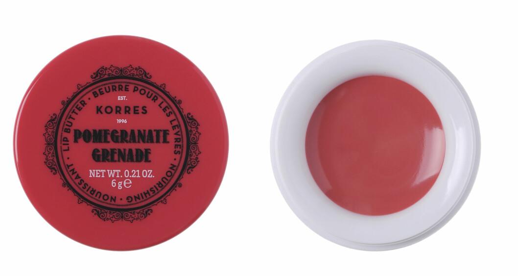 Med sheasmør og risvoks (kr 130, Korres, Lip Butter Pot, Pomegrante, Grenade).