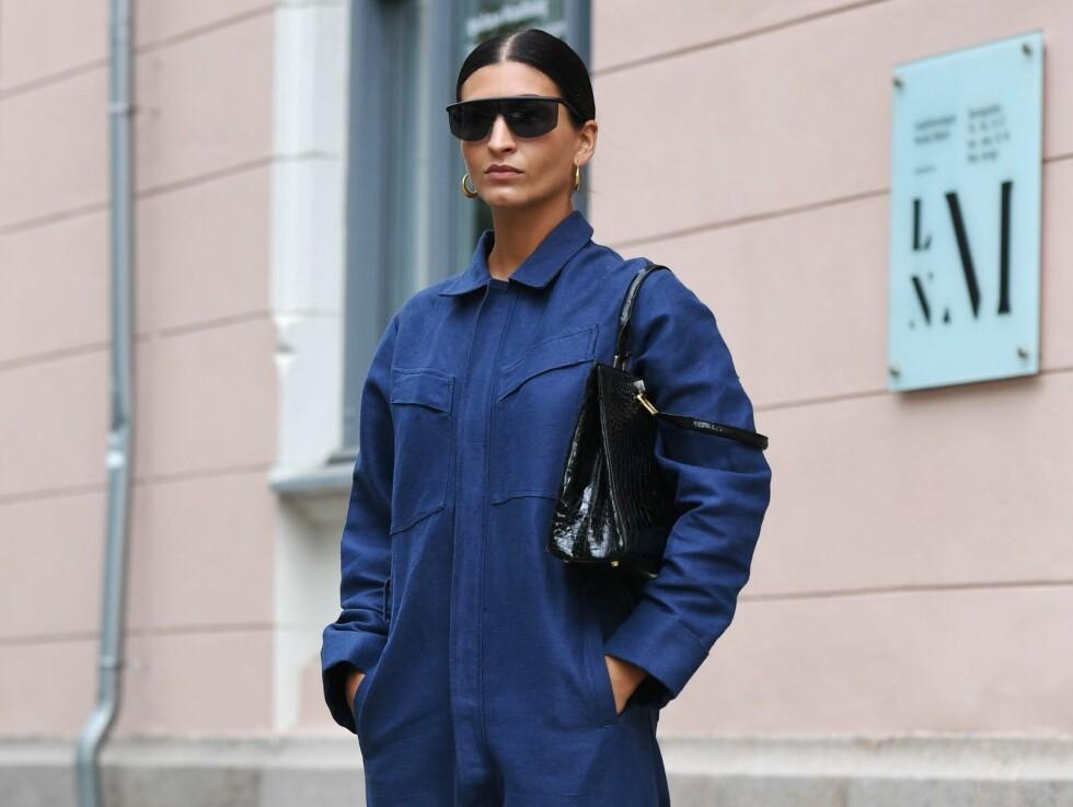 d7cb5f07 JUMPSUIT: Blogger Katarina Petrovic styler sin blå jumpsuit med en svart  veske, solbriller og