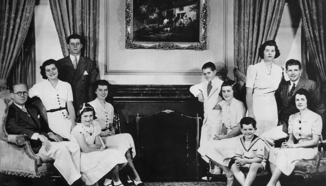 <strong>KLANEN:</strong> Familien samlet i 1938 under oppholdet i London, noen år før den tragiske operasjonen som gjorde Rosemary hjelpetrengende resten av livet. Fra venstre ambassadør Joseph Kennedy Sr., Patricia (13), John F.(20), Jean (9), Eunice (16), Robert (12), Kathleen (17), Edward (6), Rose Kennedy, bakerst Rosemary (19) and Joseph Jr.(22) FOTO: NTBScanpix