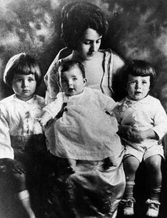 <strong>SØSKENTRIO:</strong> Rose Kennedy med datteren Rosemary på fanget. Til høyre Joseph Jr. og til venstre John F. FOTO: NTBScanpix