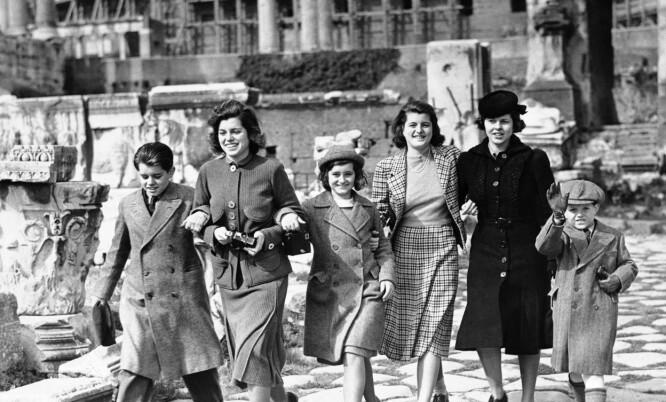 <strong>I VINDEN:</strong> Kennedy-barna var mange i antall, og verdensvante. Rosemary (nummer to fra høyre) fikk etterhvert vansker med å passe inn i glansbildet. Her er de fotografert i de antikke ruinene i Roma mens foreldrene overvar innsettelsen av paven i 1939.. Fra venstre Bobby, Eunice, Jean, Patricia, Rosemary og Teddy. FOTO: NTBScanpix