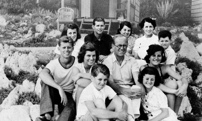 <strong>FAMILIEN SAMLET:</strong> Joseph Kennedy omkranset av familien, med klokken nederst fra venstre: Robert, Eunice, John F., Kathleen, Joe Jr., Rosemary, kona Rose, Teddy, Patricia og Jean.