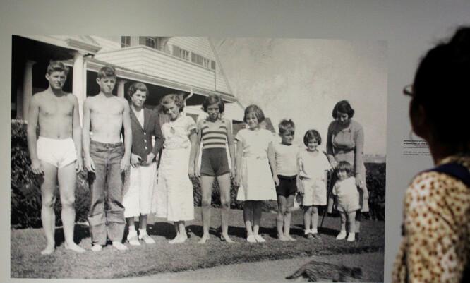 <strong>SVUNNEN TID:</strong> Rosemary, nummer tre fra venstre, før lobotomien og mens familien fortsatt var samlet. Fra venstre: Joe Jr., John, Rosemary, Kathleen, Eunice, Patricia, Robert, Jean, og Ted, sammen med moren Rose. FOTO: NTBScanpix.