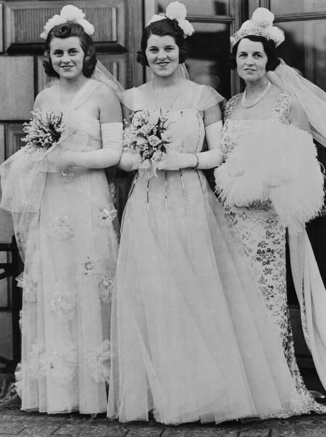 <strong>FORDUMS GLAMOUR:</strong> Rosemary Kennedy (i midten) sammen med søsteren Kathleen og moren Rose på vei for å presenteres for kongen og dronningen på Buckingham Palace på debuntantballet 17. mai 1938. FOTO: NTBScanpix