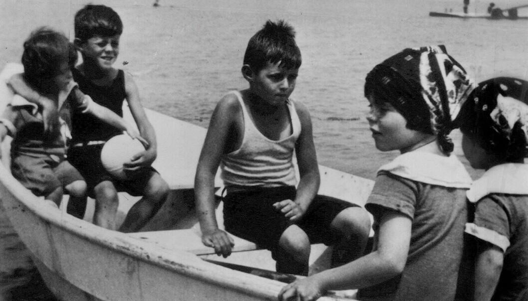 <strong>BARNDOMSMINNER:</strong> Kennedy-barna på båttur, fra venstre Eunice, Jack, Joe Jr., Rosemary og Kathleen Kennedy.