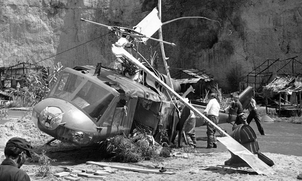 FATALT: Under innspillingen av filmen «Twilight Zone: The Movie» i 1982 førte den planlagte eksplosjonen til at helikopteret ble slått ut av kontroll og tok livet av tre mennesker. Blant disse var to barn. Her fra ulykkesstedet i California. Foto: NTB Scanpix