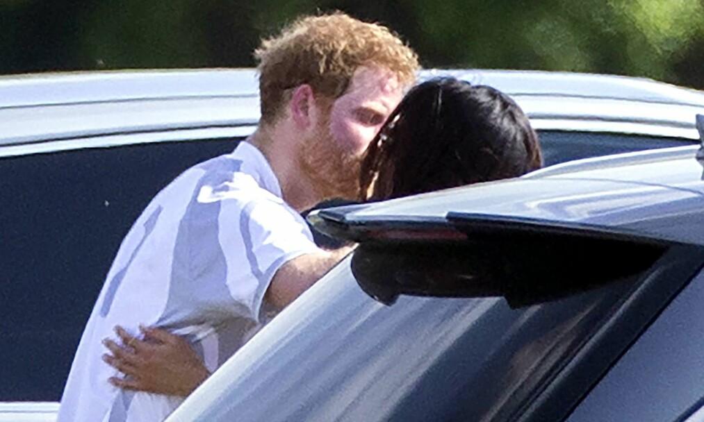 BESKYTTET: Helt siden ryktene begynte å svirre om at amerikanske Meghan Markle var i et forhold med prins Harry, har hun vært under konstant beskyttelse. Her ble paret tatt på fersken under et kyss i mai 2017, mens duoen fortsatt holdt en svært lav profil. Foto: NTB scanpix