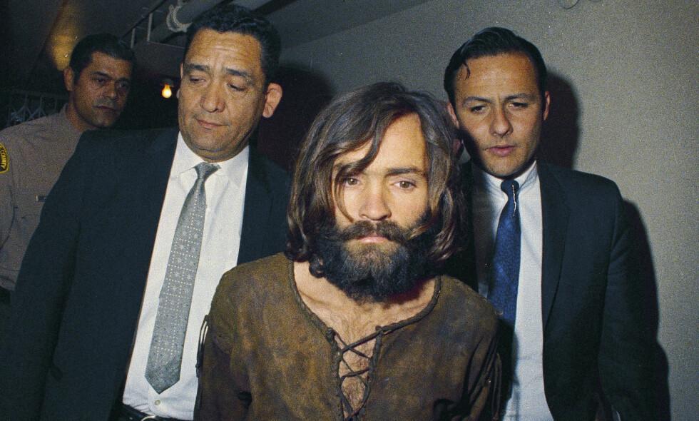 LAGES FILM: Charles Manson blir ført inn i retten i 1969, tiltalt for drapet på skuespiller Sharon Tate. Arkivfoto: AP/NTB Scanpix.