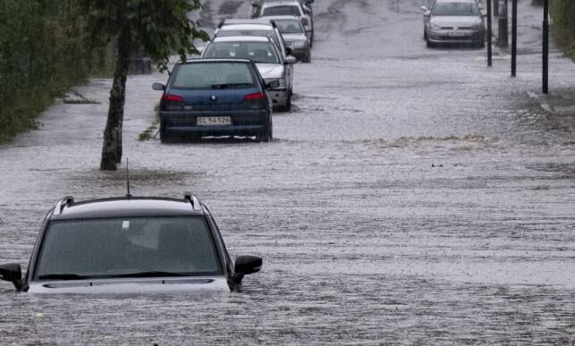 REGN: Det varslede regnet har nådd Kristiansand for fullt. Her fra Grim, der vannet står høyt. Foto: Tor Erik Schrøder / NTB scanpix