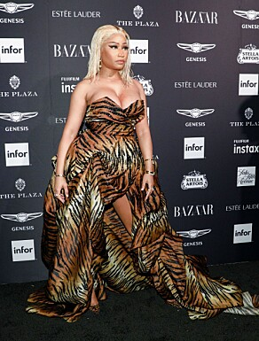NICKI MINAJ: Stjerna ankom fredagens fest ikledd en fotsid kjole i dyreprint. Foto: NTB Scanpix