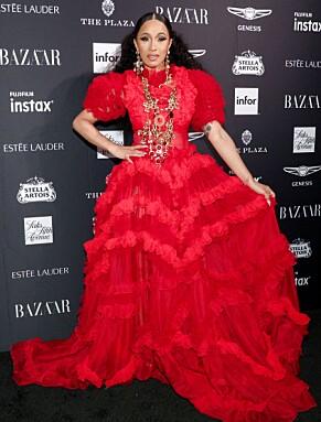 CARDI B: Før opptøyene med Nicki Minaj strålte Cardi på den røde løperen iført en lang, majestetisk, rød, kjole. Foto: NTB Scanpix