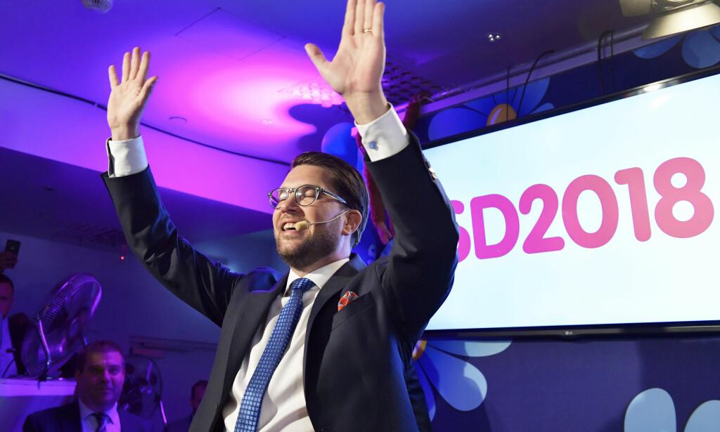 ENORM FRAMGANG: Sverigedemokraternas partileder Jimmie Åkesson føler seg som en valgvinner med nær 18 prosents oppslutning for sitt parti. Foto: Anders Wiklund/TT/NTB Scanpix