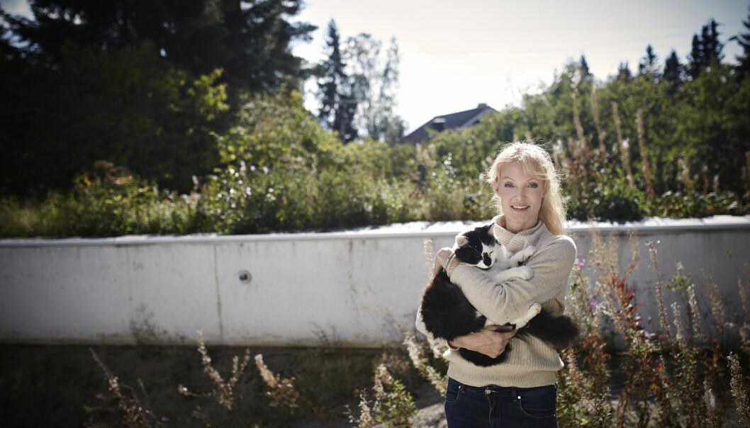 FASADE: Bassenget i hagen er som en parodi på hennes liv. I alle disse årene med sykdom klarte Grethe Bøe å holde fasaden. Nå ønsker hun å formidle at et menneske kan romme alt. Det kan være både vellykket og tragisk. FOTO: Geir Dokken