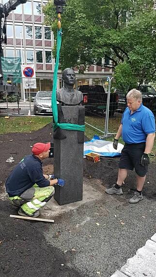 FLYTTET: Olaf Bull-monumentet er nå flyttet og klart for avduking fredag. Den poetiske flytteoperasjonen er besørget av Terje Heimstad (til høyre) Morten Alstad-Rygg. Skiferheller er lagt på en gangsti ved bysten. Prosjektet er gjennomført av Ingrid Skard Skomedal fra Kulturetaten og Kittil Berdal Berg, overarkitekt i Bydel Frogner. .