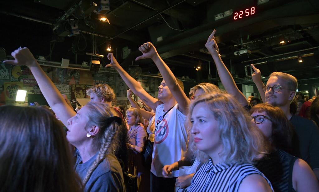 Tommelen ned: Ingen vil slippe til SD. Her får de tommel ned fra folk på Vänsterpartiets valvake på Brooklyn Bar i Stockholm. Foto Janerik Henriksson / TT kod 10010