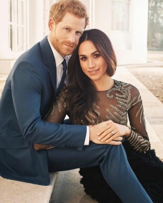 <strong>FORELSKET:</strong> Det kom tydelig frem at Meghan og Harry hadde sterke følelser for hverandre i deres offisielle forlovelsesbilde. Foto: Alexi Lubromirski / Kensington Palace