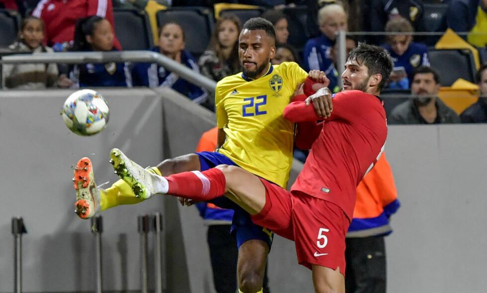 KOLLAPS: Isaac Kiese Thelin scoret for Sverige, men det holdt ikke til seier mot Tyrkia. Foto: Jonas Ekströmer / TT / kod 10030