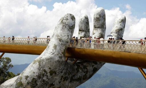 image: «Guds hender» i gråstein bærer denne brua som er Vietnams nyeste attraksjon