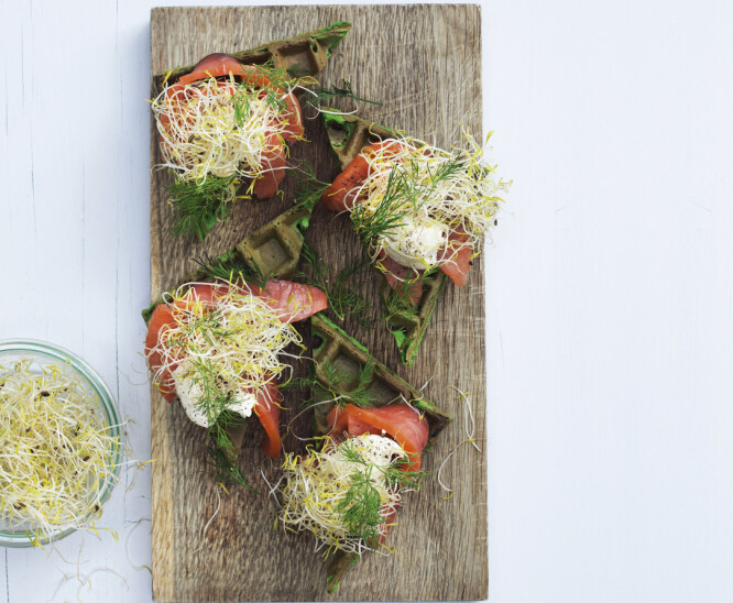 Spinatvafler med røkelaks og alfaspirer vil gjøre stor suksess på koldtbordet eller som lunsj. FOTO: Colombus Leth