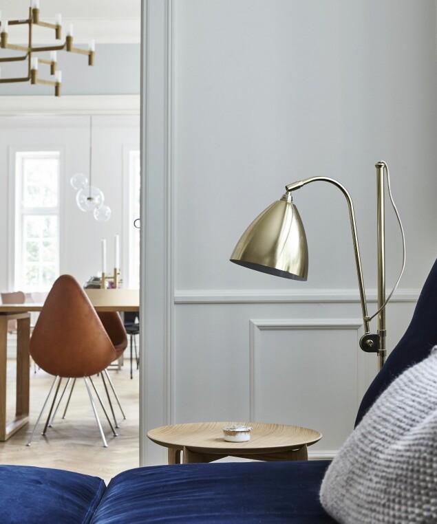«Bestlite»-lampen fra Gubi står ved siden av sofaen. FOTO: Lene Samsø