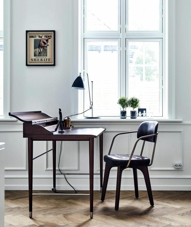 Bordet er spesialbygget av en snekker. Stolen er fra CasaShop, og det lille bildet på veggen er av Troels Carlsen. FOTO: Lene Samsø