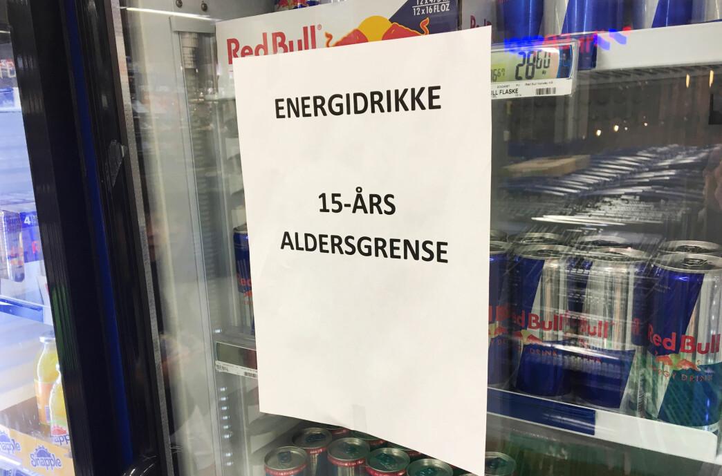<strong>SIER NEI - DA BLIR DETTE ENDA VIKTIGERE:</strong> Mattilsynet anbefaler at det innføres en koffeingrense på energidrikk, i stedet for en aldersgrense. Forbrukerrådet har lenge ønsket seg en lovpålagt aldersgrense på energidrikk. Nå sier de at butikkenes selvregulering med «lokale» aldersgrenser vil være viktige tiltak fremover. Foto: Berit B. Njarga