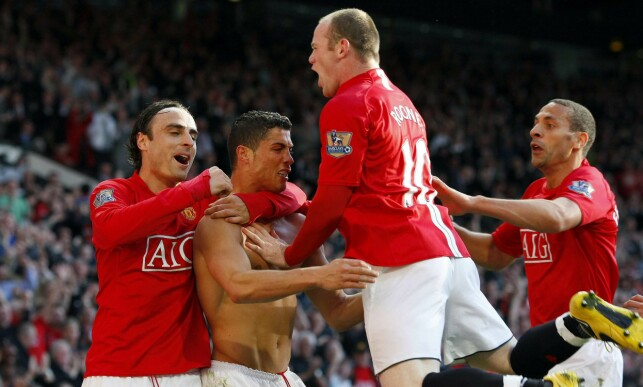 GODE TIDER: Dimitar Berbatov feirer en scoring med Cristiano Ronaldo. Wayne Rooney og Rio Ferdinand. Foto:  REUTERS/Phil Noble/NTB Scanpix
