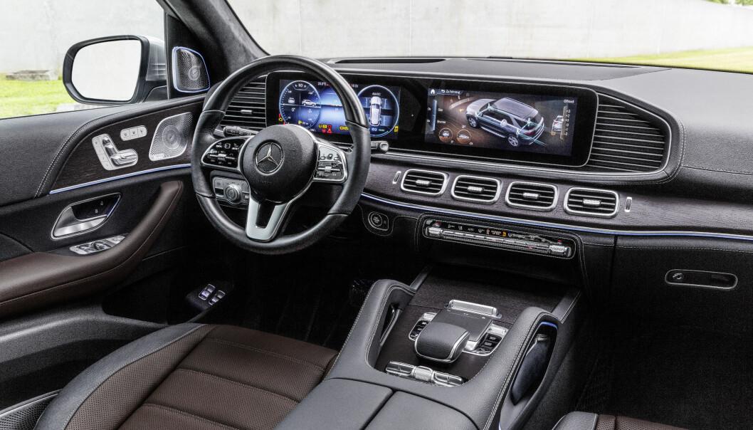 <strong>HI-TECH OG LUKSUS:</strong> Det er et gedigent førermiljø som blir nye GLE til del, med to store skjermer som dominerende element. Foto: Daimler AG