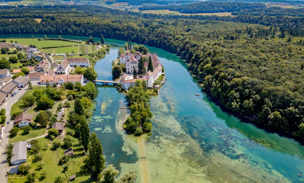 IDYLL: Rheinau ligger ved Rhinen og er en idyllisk liten landsby. Nå har innbyggerne bestemt seg for å forsøke å få til en ordning med borgerlønn. Foto: Shutterstck / NTB Scanpix
