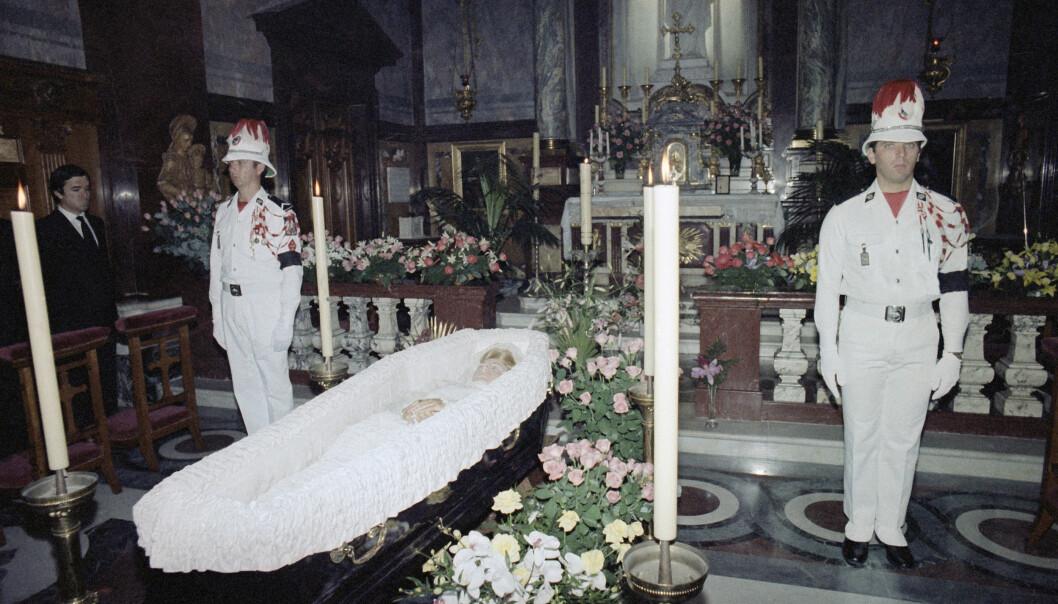 <strong>BEGRAVELSEN:</strong> Dette bildet er tatt dagen etter fyrstinnens dødsfall i Palatina-kapellet på fyrstepalasset i Monaco. Datoen er 15. september 1982. FOTO: NTB Scanpix