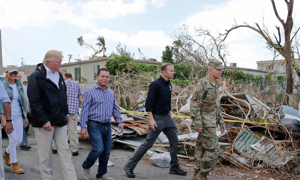 PUERTO RICO: I oktober reiste president Donald Trump og førstedame Melania til Puerto Rico for å se skadene med egne øyne. Her er de avbildet i byen Guaynabo. Foto. Jonathan Ernst/Reuters/NTB Scanpix