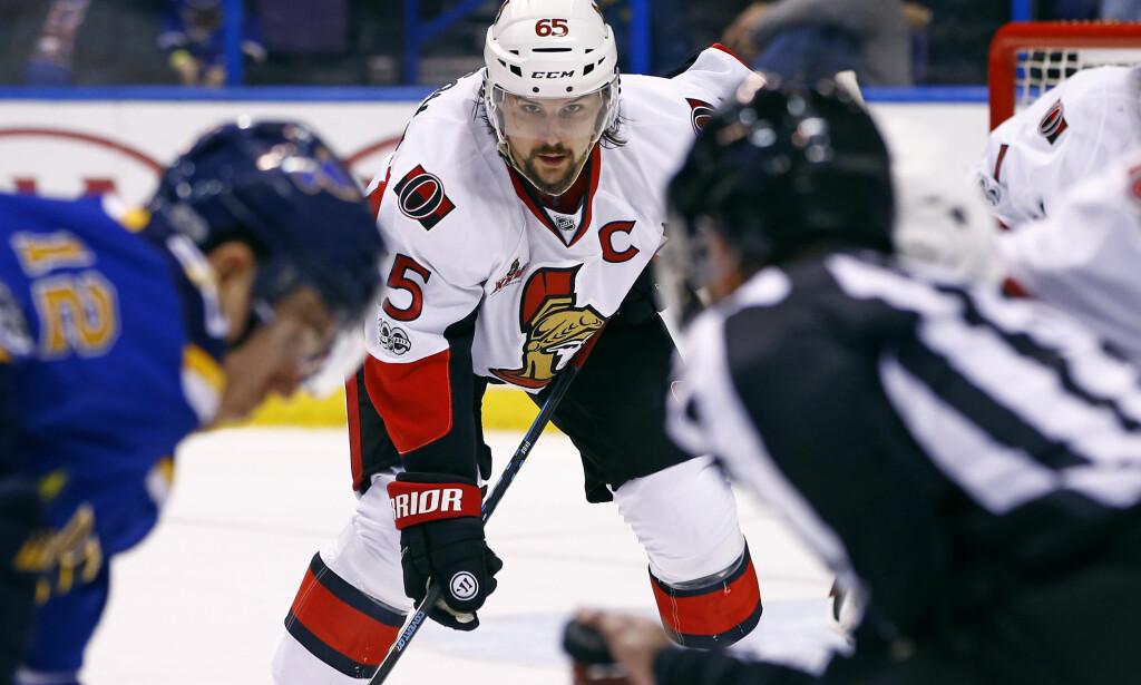 MOTVILLIG: Den svenske stjernebacken Erik Karlsson byttet NHL-klubb torsdag. Etter ni sesonger hos Ottawa Senators skal han spille for San Jose Sharks. Foto: Billy Hurst, AP / NTB scanpix