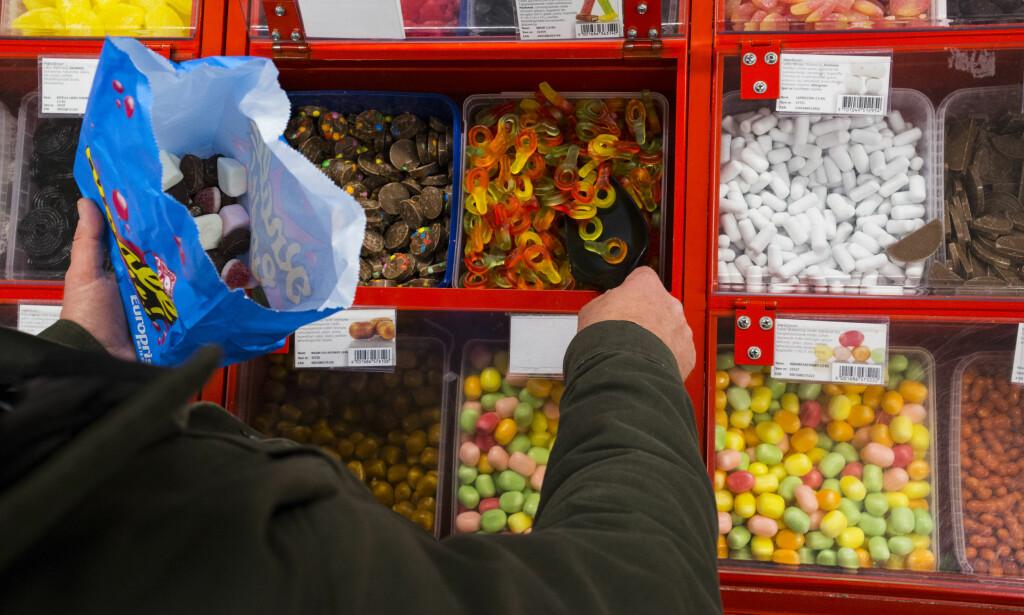MINDRE STATSINNTEKTER PÅ GODTERI: Sukkeravgiften vil ifølge NHO sannsynligvis gi 500 millioner mindre inntekter til staten i 2018 enn regjeringen regnet med. Foto: Mariam Butt / NTB scanpix