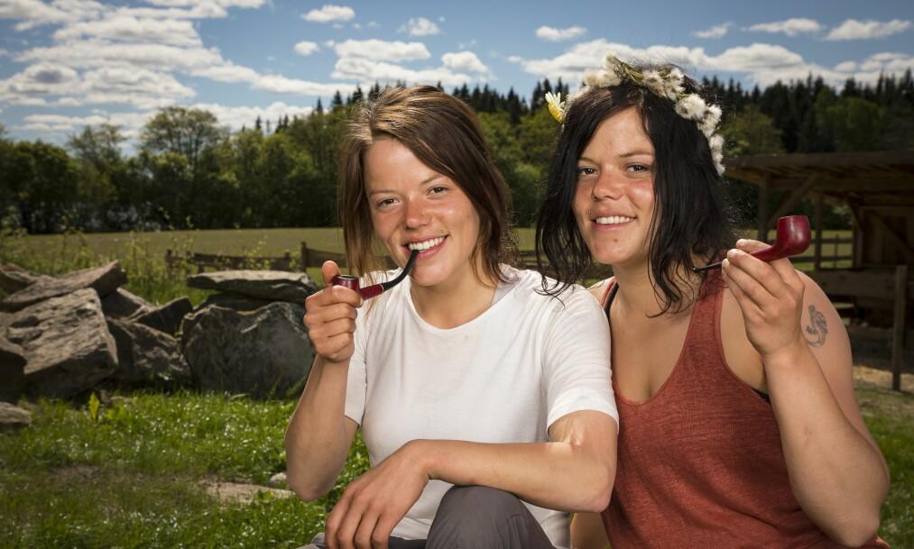 <strong>HAR FORLOVET SEG:</strong> Kristine (t.v) og Johanne Thybo Hansen er også kjent som Jegertvillingene. Nå har førstnevnte forlovet seg. Foto: Tor Lindseth / Se og Hør
