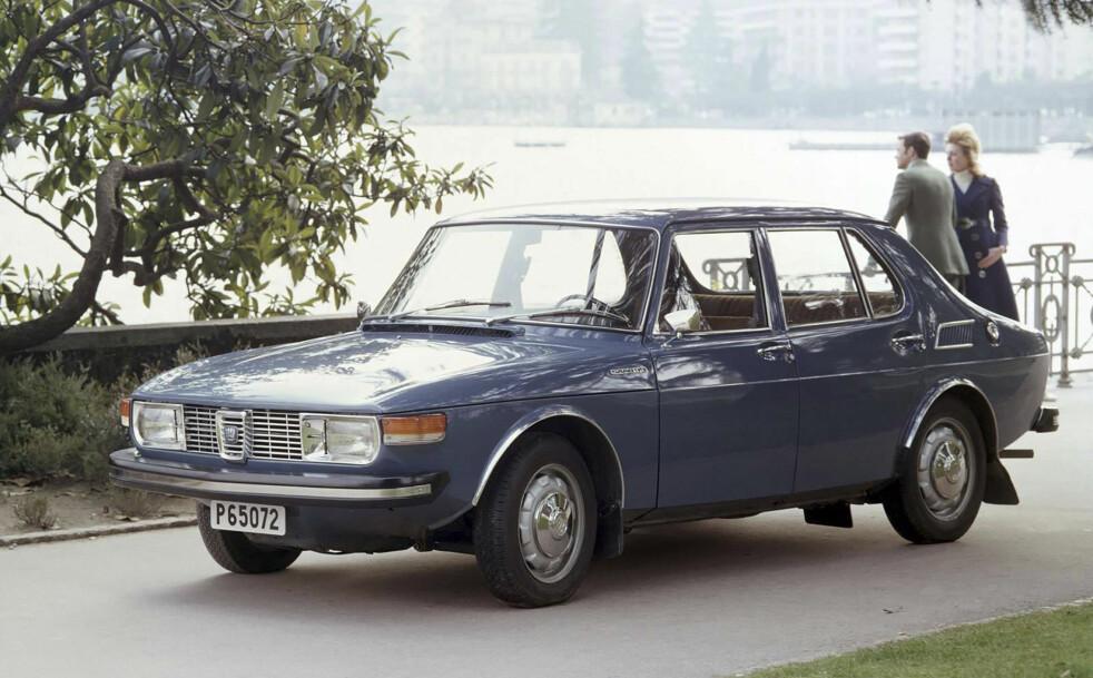 """<strong>SAAB 99:</strong> Saab holdt egen stil med steil og sterkt buet frontrute og konkav bakrute. """"Todørs sedan var første utgave. Energiabsorberende støtfangere kom i 1972. Foto: Saab"""