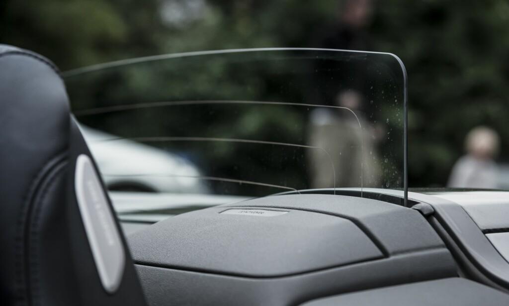 BAKTREKK: Når hastigheten øker, blåser det mest bakfra. Da er denne skjermen i glass fin og ha. Foto: Jamieson Pothecary