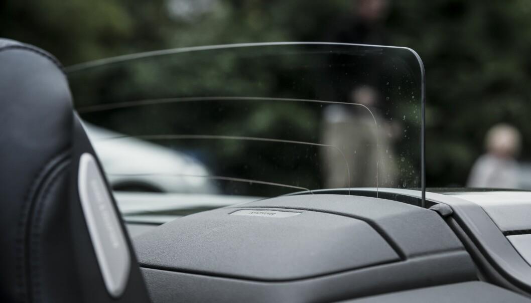 <strong>BAKTREKK:</strong> Når hastigheten øker, blåser det mest bakfra. Da er denne skjermen i glass fin og ha. Foto: Jamieson Pothecary