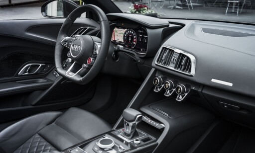 ENKELT: Cockpiten er liten og har bare skjerm foran føreren. Den kan helt og holdent styres med knapper på rattet, men MMI er beholdt for å lette navigasjon- og telefoninntasting. Rattet inneholder også snarveier for kjøremodus og har egen hurtigknapp for Race-mode. Foto: Jamieson Pothecary