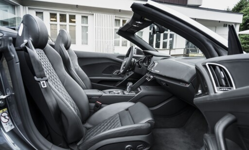 TRANGT: Dit men ikke lenger. Man blir nesten litt overrasket over at en tysk bil ikke tillater god plass til to-metringer. Testpiloten på 190 får akkurat plass. Foto: Jamieson Pothecary