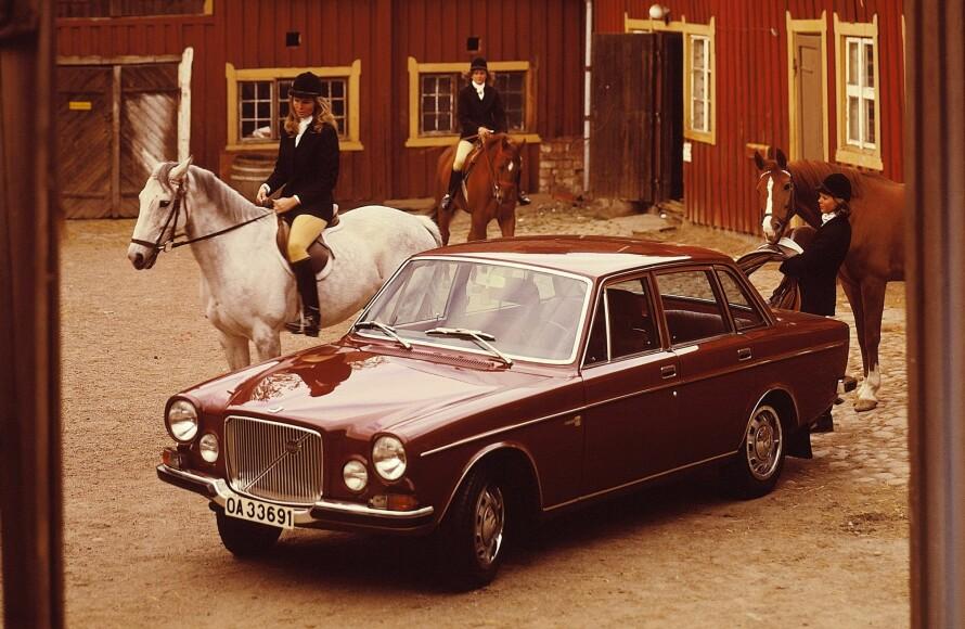 PRESTISJEMODELL: Volvo hadde lansert 140-serien i 1966 som etterfølger til suksessen Amazon. Den fikk en sekssylindret B30-motor på tre liter og 145 hestekrefter. På 144-basis redesignet Jan Wilsgaard fronten i stilen til et premiumbil-prosjekt fra 50-tallet. Jernsymbol-logoen ble igjen plassert på den diagonale stripen i den store krom-grillen. Foto: Volvo arkiv