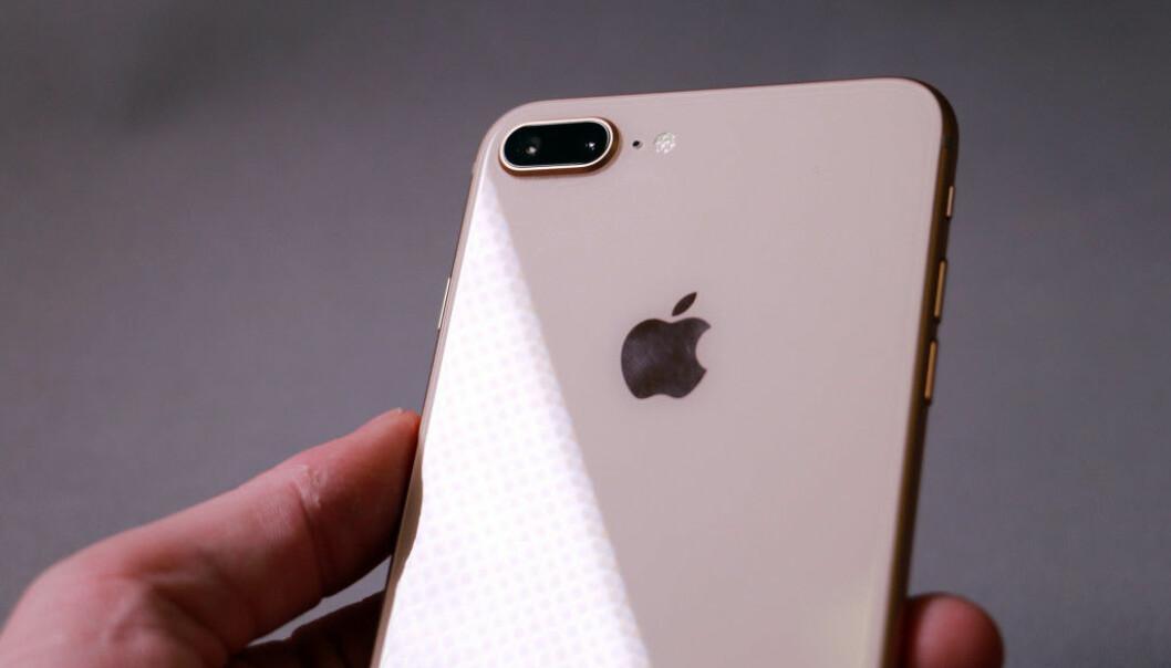 <strong>GLASS BAK:</strong> Mens iPhone 7 Plus har en bakside i metall, er baksiden av iPhone 8 Plus i glass. Det åpner opp for trådløs lading. Foto: Pål Joakim Pollen