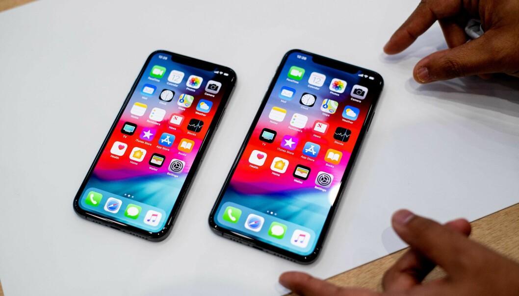 <strong>STOR, STØRRE:</strong> iPhone Xs og Xs Max side om side. Sistnevnte er dog like stor som iPhone 8 Plus, fordi den har mye mindre ramme rundt, ei heller en hjemknapp. Foto: NTB Scanpix