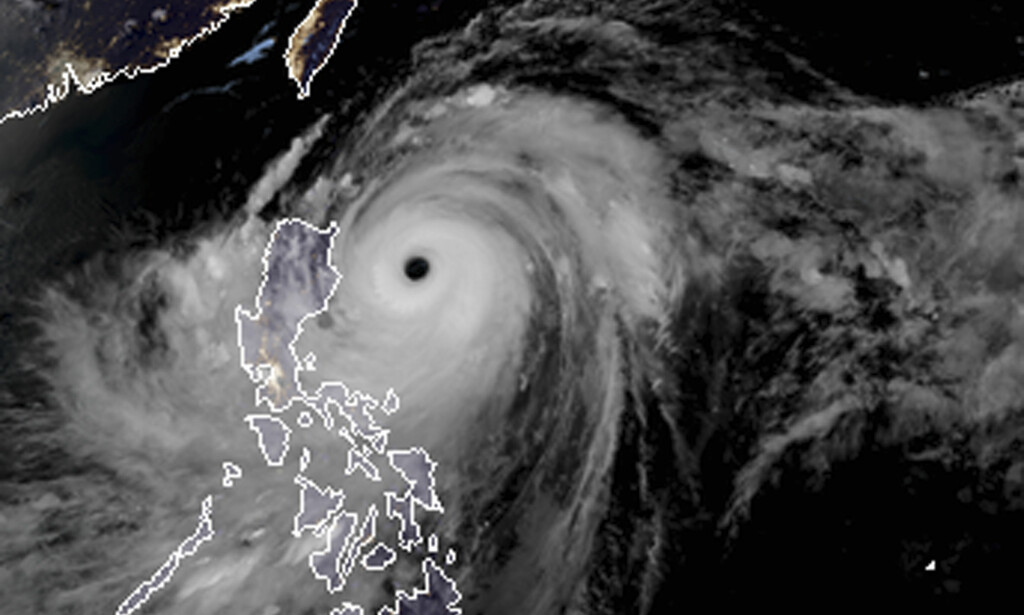 TYFON: Satelittbildet viser tyfonen Manghut på vei mot Filippinene. Foto: RAMMB and CIRA via AP / NTB Scanpix